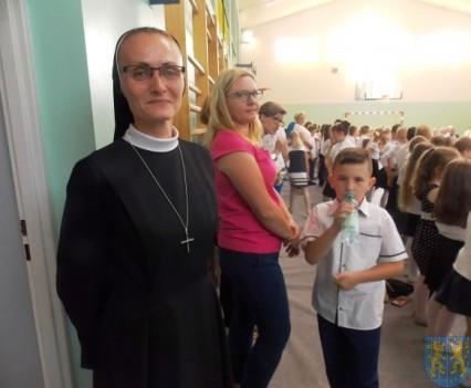 Rok szkolny w Szkole Podstawowej nr 2 im Papieża Jana Pawła II uroczyście zakończony (74)