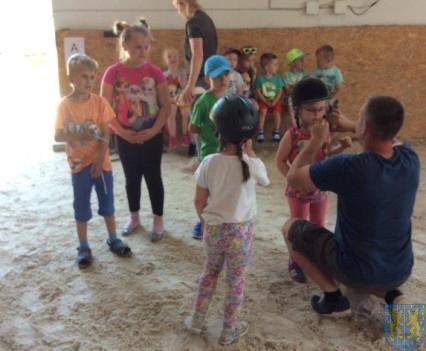 Wycieczka przedszkolaków do Folwarku Leszczynówka (12)