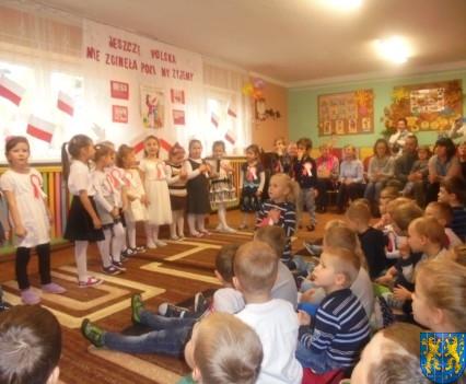 Przedszkolaki uczciły Święto Niepodległości (10)