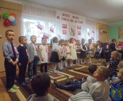 Przedszkolaki uczciły Święto Niepodległości (11)