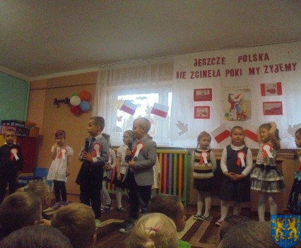 Przedszkolaki uczciły Święto Niepodległości (6)