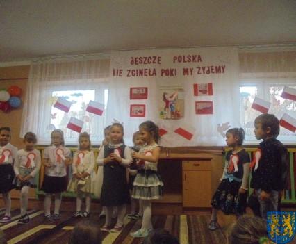 Przedszkolaki uczciły Święto Niepodległości (7)