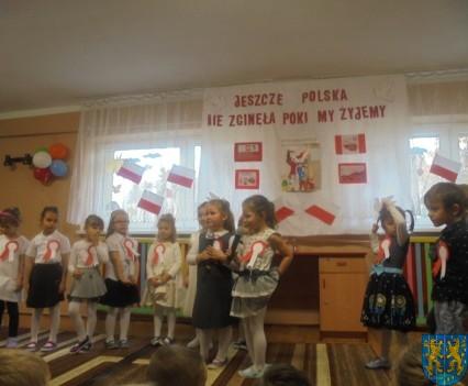 Przedszkolaki uczciły Święto Niepodległości (8)