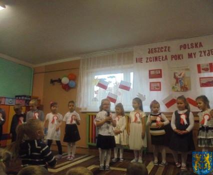 Przedszkolaki uczciły Święto Niepodległości (9)