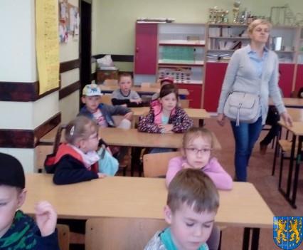 Bajkowe skrzaty z Baśniowej Krainy z wizytą w Szkole Podstawowej nr 1 (1)