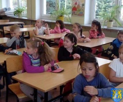 Bajkowe skrzaty z Baśniowej Krainy z wizytą w Szkole Podstawowej nr 1 (10)