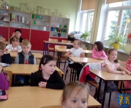 Bajkowe skrzaty z Baśniowej Krainy z wizytą w Szkole Podstawowej nr 1 (17)