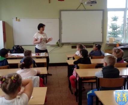 Bajkowe skrzaty z Baśniowej Krainy z wizytą w Szkole Podstawowej nr 1 (3)