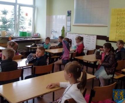 Bajkowe skrzaty z Baśniowej Krainy z wizytą w Szkole Podstawowej nr 1 (4)