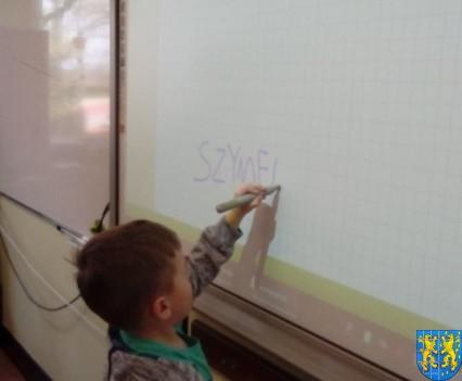 Bajkowe skrzaty z Baśniowej Krainy z wizytą w Szkole Podstawowej nr 1 (5)