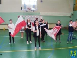 Biały orzeł na niebie czerwonym i białoczerwona flaga (4)