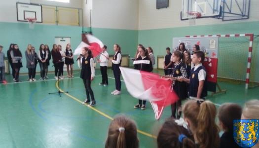 Biały orzeł na niebie czerwonym i biało-czerwona flaga