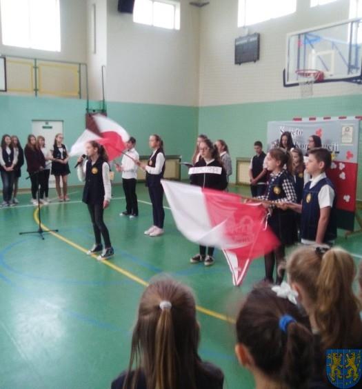 Biały orzeł na niebie czerwonym i białoczerwona flaga (6)