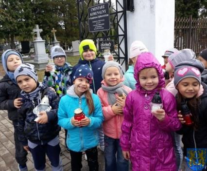 Chwile zadumy przedszkolaki odwiedziły cmentarz (1)
