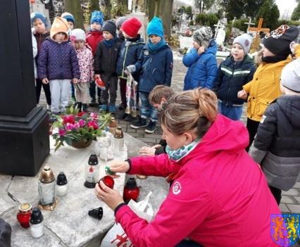 Chwile zadumy przedszkolaki odwiedziły cmentarz (10)