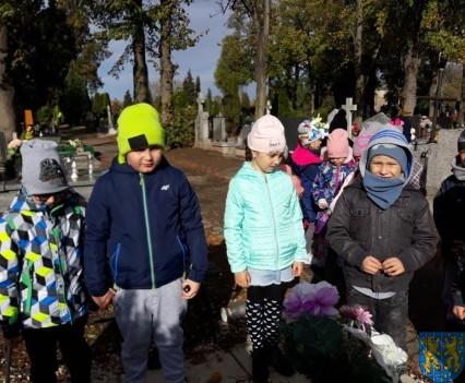 Chwile zadumy przedszkolaki odwiedziły cmentarz (11)