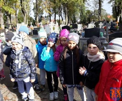 Chwile zadumy przedszkolaki odwiedziły cmentarz (12)