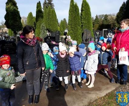 Chwile zadumy przedszkolaki odwiedziły cmentarz (13)