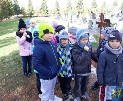 Chwile zadumy przedszkolaki odwiedziły cmentarz (14)