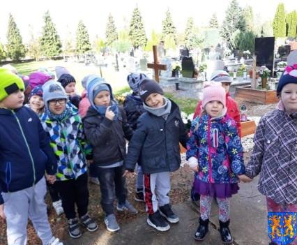 Chwile zadumy przedszkolaki odwiedziły cmentarz (15)