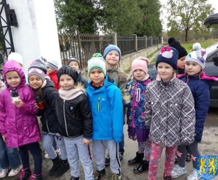 Chwile zadumy przedszkolaki odwiedziły cmentarz (2)