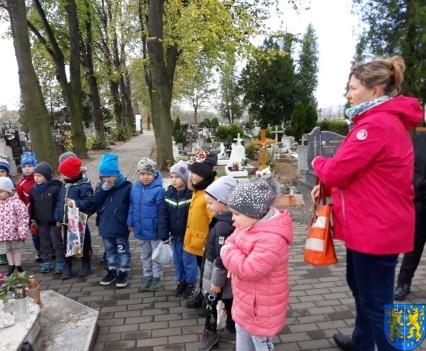 Chwile zadumy przedszkolaki odwiedziły cmentarz (3)