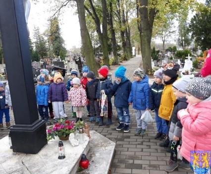 Chwile zadumy przedszkolaki odwiedziły cmentarz (4)