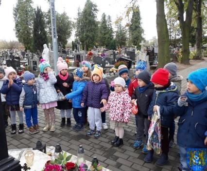 Chwile zadumy przedszkolaki odwiedziły cmentarz (5)