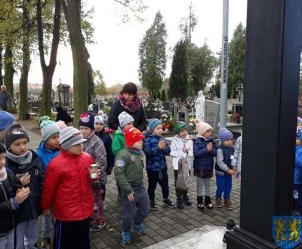 Chwile zadumy przedszkolaki odwiedziły cmentarz (6)