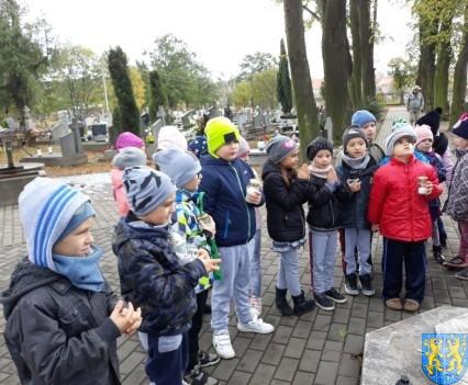 Chwile zadumy przedszkolaki odwiedziły cmentarz (7)