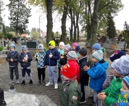 Chwile zadumy przedszkolaki odwiedziły cmentarz (8)