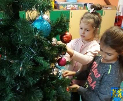 Ubieramy bożonarodzeniową choinkę (10)