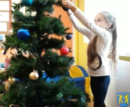 Ubieramy bożonarodzeniową choinkę (11)