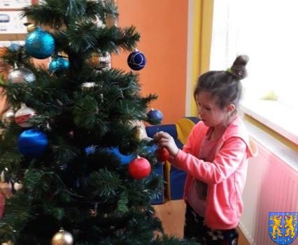 Ubieramy bożonarodzeniową choinkę (12)