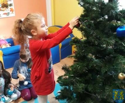 Ubieramy bożonarodzeniową choinkę (4)