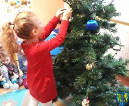 Ubieramy bożonarodzeniową choinkę (5)