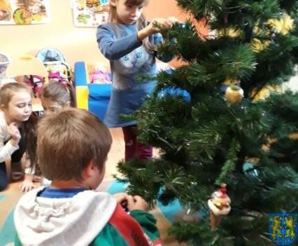 Ubieramy bożonarodzeniową choinkę (6)