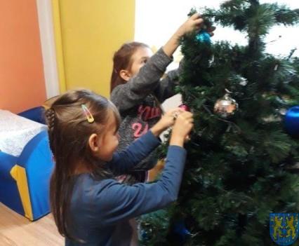 Ubieramy bożonarodzeniową choinkę (7)