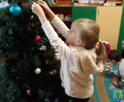 Ubieramy bożonarodzeniową choinkę (8)