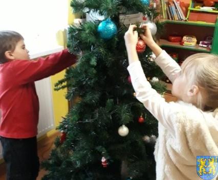 Ubieramy bożonarodzeniową choinkę (9)
