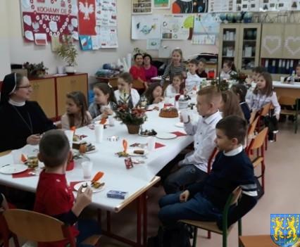 Wigilijne serdeczności w Szkole Podstawowej nr 2 im Papieża Jana Pawła II (8)