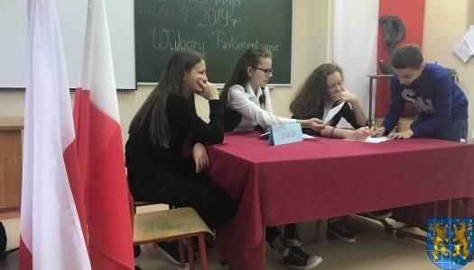 """Z myślą o swojej przyszłości – w kamienieckiej Dwójce wybory do Europarlamentu w projekcie Centrum Edukacji Obywatelskiej """"Młodzi głosują"""""""