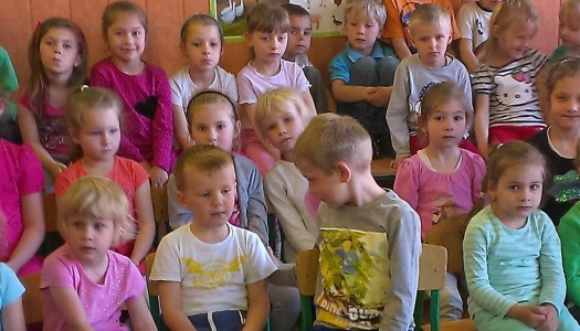 """Człowiek """"orkiestra"""" wśród dzieci"""