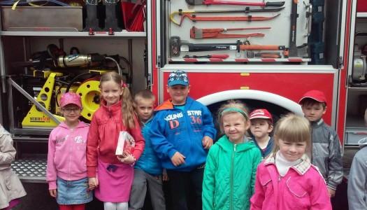 Przedszkolaki odwiedzają naszych strażaków