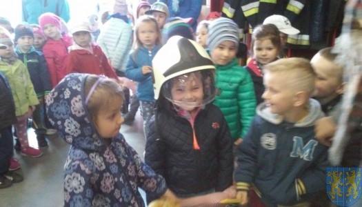 Przedszkolaki z wizytą u strażaków