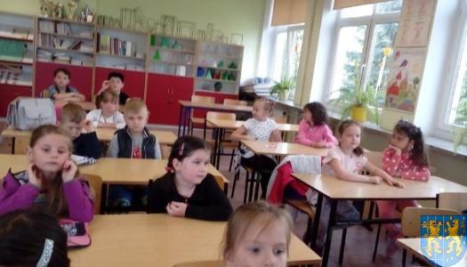 """""""Bajkowe skrzaty"""" z """"Baśniowej Krainy"""" z wizytą w Szkole Podstawowej nr 1"""