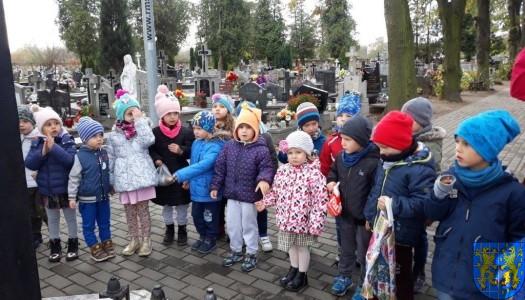 Chwile zadumy – przedszkolaki odwiedziły cmentarz