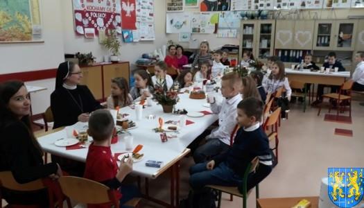 Wigilijne serdeczności w Szkole Podstawowej nr 2 im. Papieża Jana Pawła II