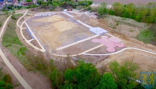 Kompleks sportowo-rekreacyjny w Kamieńcu Ząbkowickim – zobacz na VIDEO, jak wygląda budowa